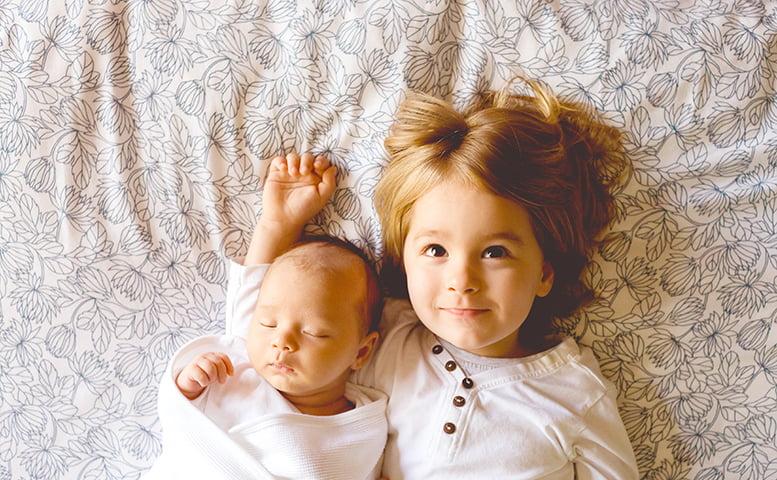 赤ちゃんと笑顔のお兄ちゃん