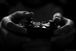 Xboxで遊ぶ人の手